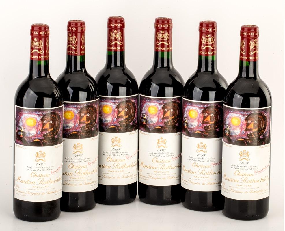 年份 1998 容量 750毫升 产地 法国 PP评分 96 数量 6瓶 水位:6瓶皆接近出厂时的水位,外观良好。 木桐酒庄是五大酒庄中最晚名列一级的酒庄。此瓶深紫色的1998年木桐葡萄酒,融合了86%赤霞珠、12%美乐和2%品丽珠。此酒口感极之丰富和集中,有着使人着迷的多层次变化,散发着咖啡、黑醋栗酒、烟叶、石墨和甘草的华丽质感,每一口也让人回味无穷。