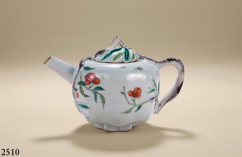 清同治 粉彩堆瓷花卉壶